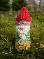Nain de jardin braconnier (7,5 cm), dessiné et crocheté par Jojo Caramel.