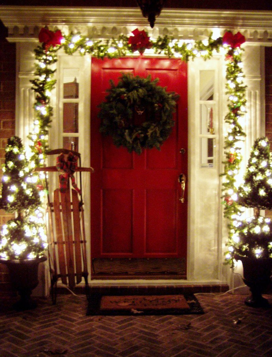 Outdoor christmas decorating front porch ideas outdoor Outdoor christmas garland ideas
