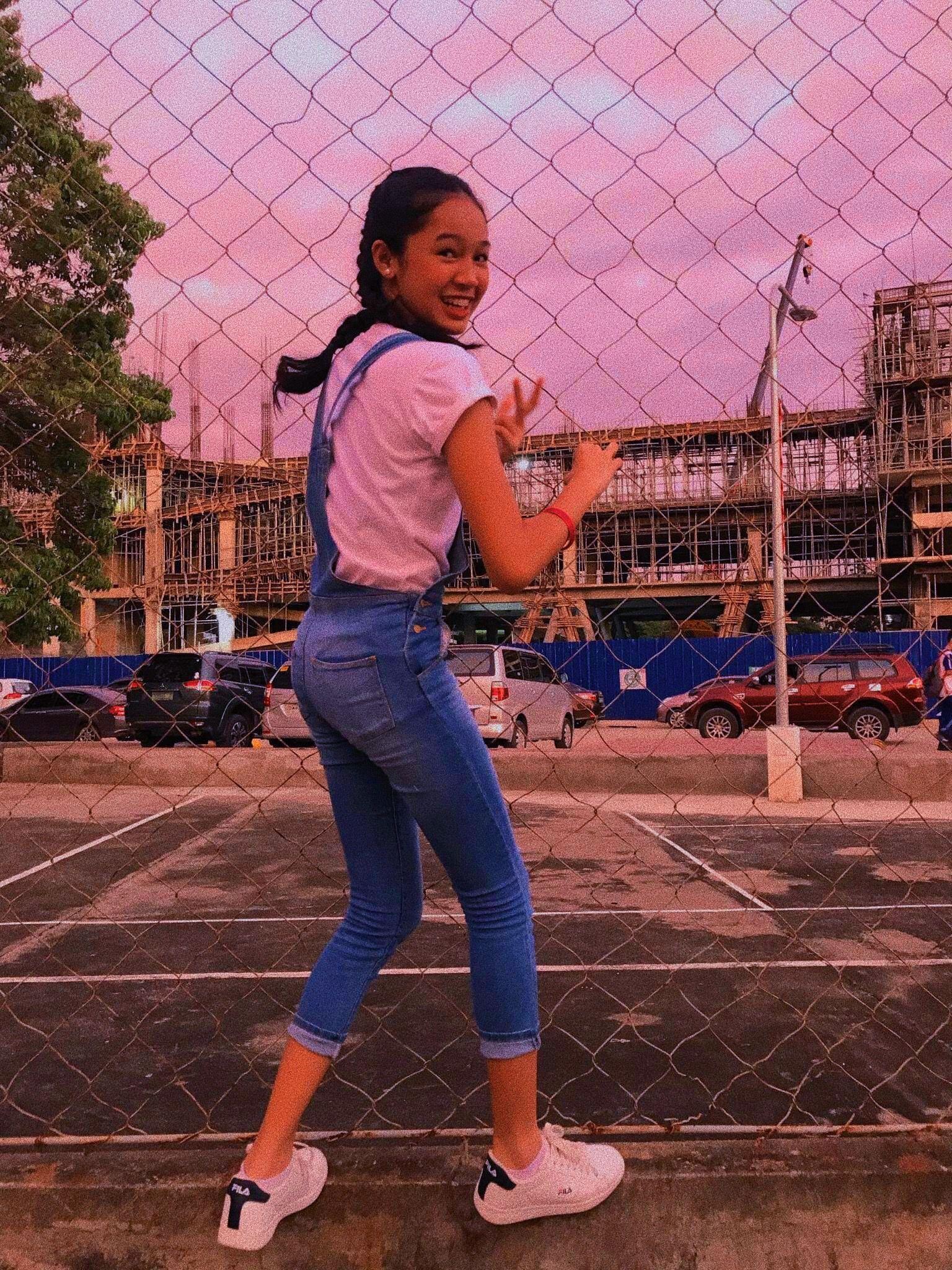 1b7caa05df17  denim  whiteshirt  jumper  sunset  fila  whiteshoes  vsco  ootd  outfit   sneakers