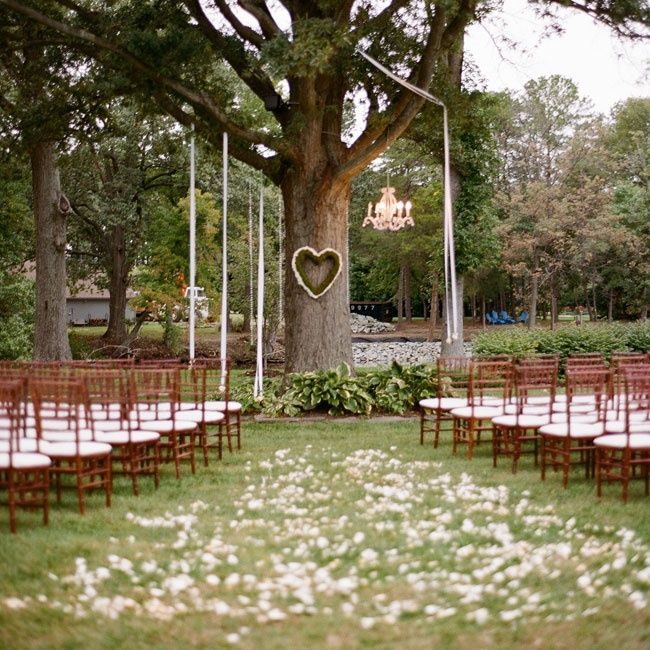 A simple ceremony under a tree love the heart shaped for Decorating for outdoor wedding