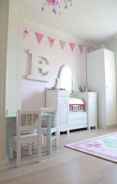 En esta habitación los pasteles son muy dulces, parecen caramelos o nubes de algodón: azules y rosas muy, muy suaves en la pared y en algunos elementos como la mesita y la sillita de juegos.