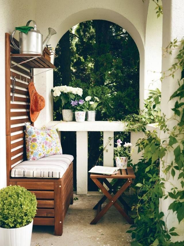 Balkon Sitzecke Holz Klapphocker Schlingpflanzen Balkonien