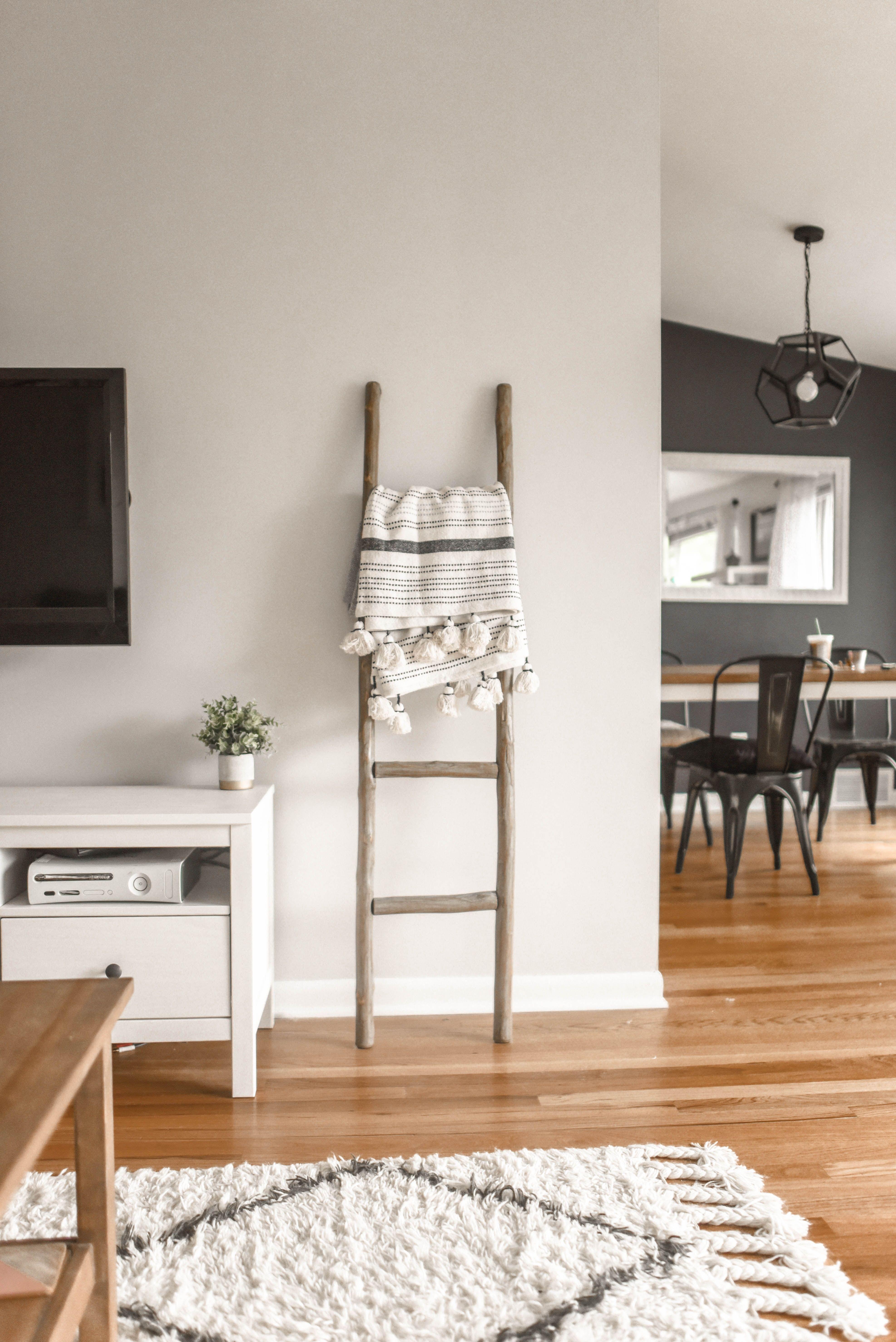 Ein Gemutliches Wohnzimmer Dass Ruhe Und Innere Balance Verspricht Dieser White Living Wohnbereich Spielt Mit Skandinavische Inneneinrichtung Dekor Haus Deko