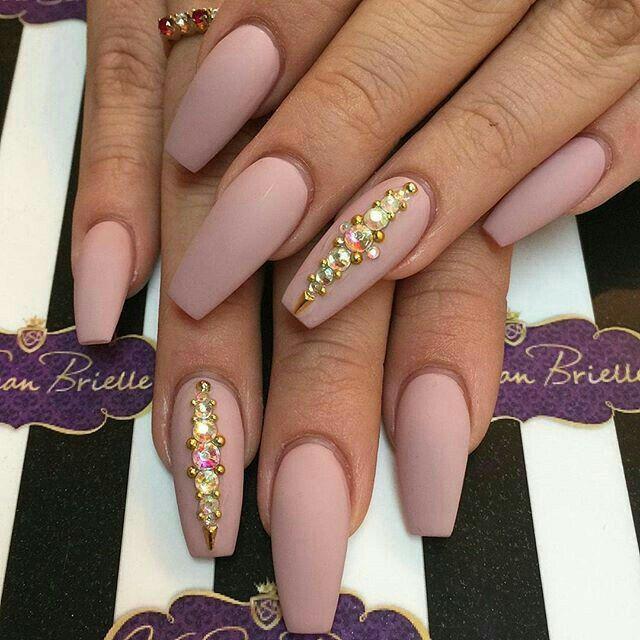 Uñas corte balerina. Color rosa mate con piedra dorada | uñas ...