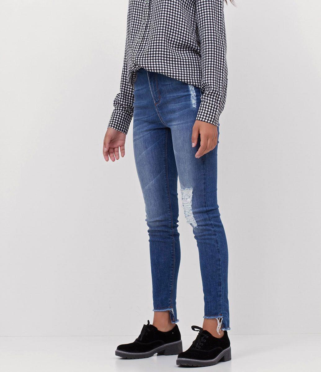 2d2125532 Calça feminina Modelo cigarrete Com puídos Com barra desfiada Marca: Blue  Steel Jeans Tecido: