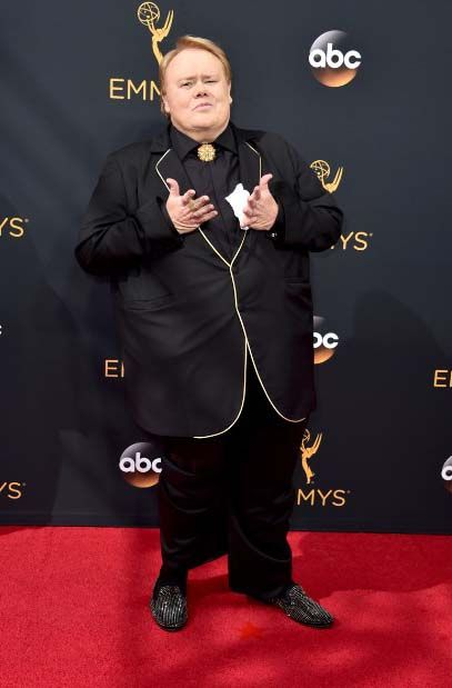 We're not sure what to make of Louie Anderson's jacket: in some ways it's very appealing and we loved the white accents, but otherwise we'd like to see Louie in a more fitting jacket. Regardless, we were really drawn to his neck accessory.