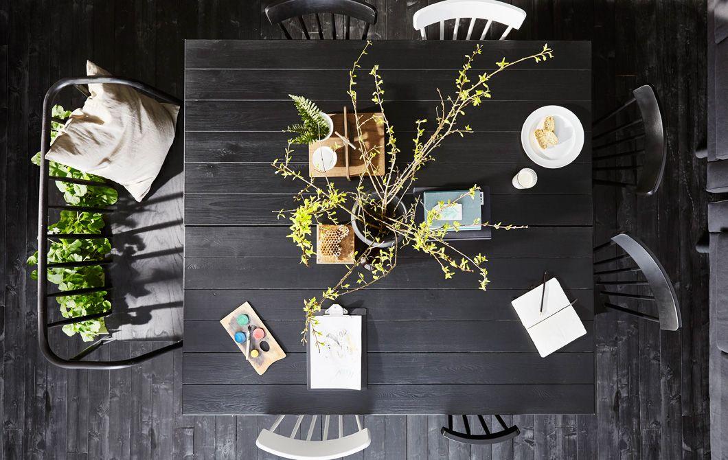 Deux tables de salle à manger en bois foncé mises côte à côte et