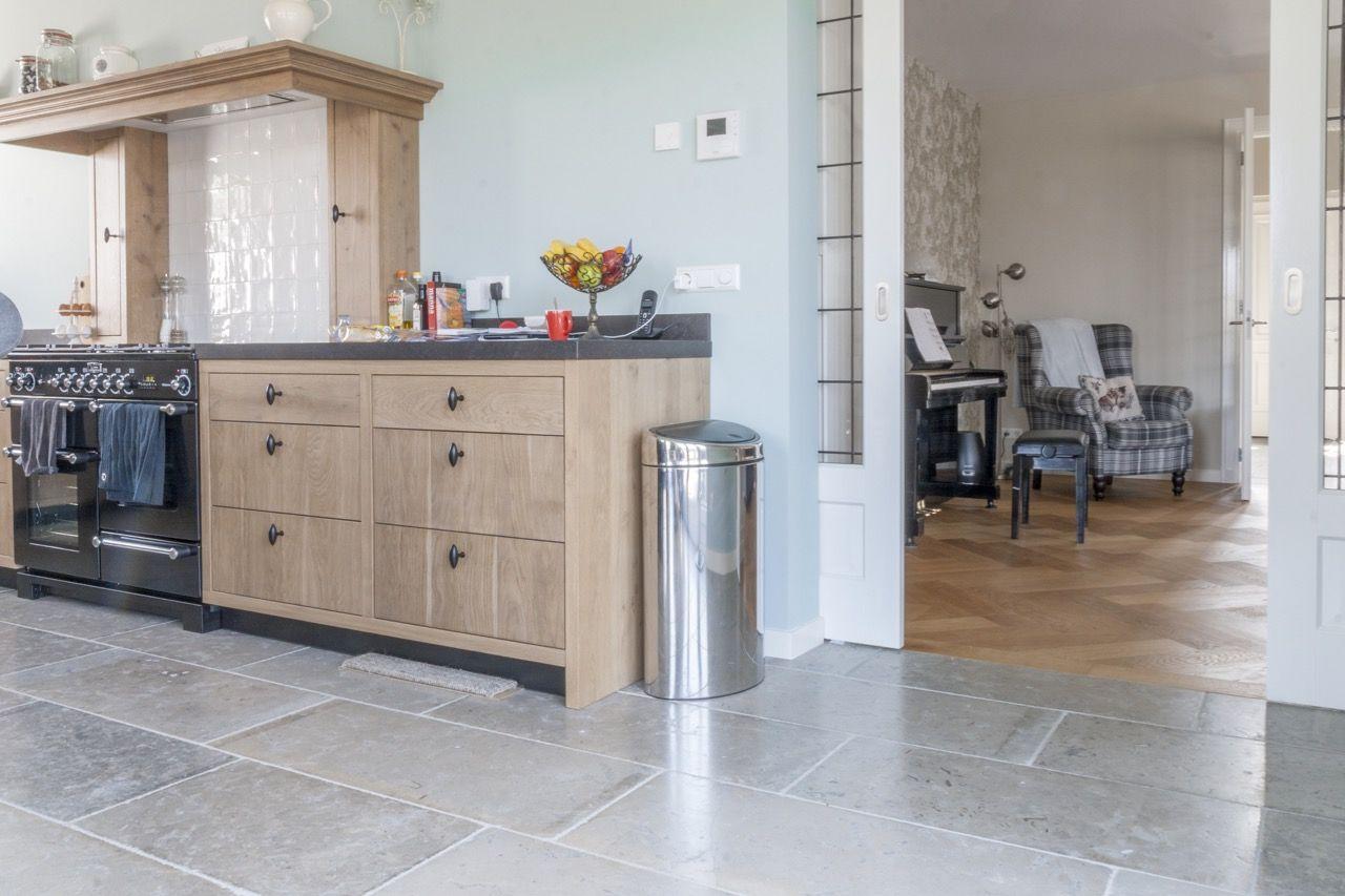 Keuken met natuursteen tegels bourgondische dallen dordogne