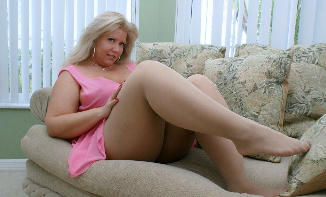 Blonde women thick thighs gallery pics — pic 3