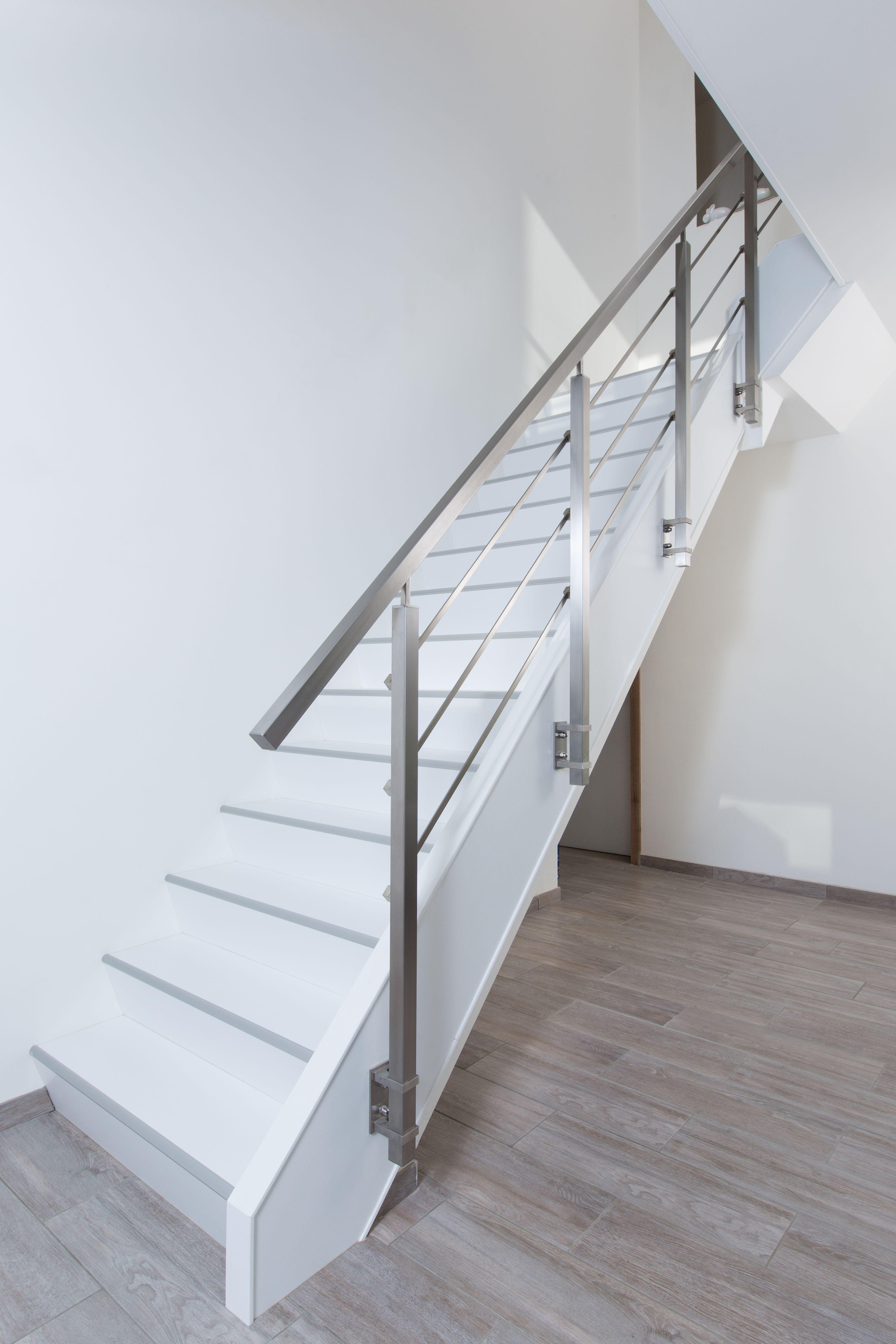 Witte traprenovatie door NEWstairs Bright met een bijzondere Square Balustrade van Lumigrip