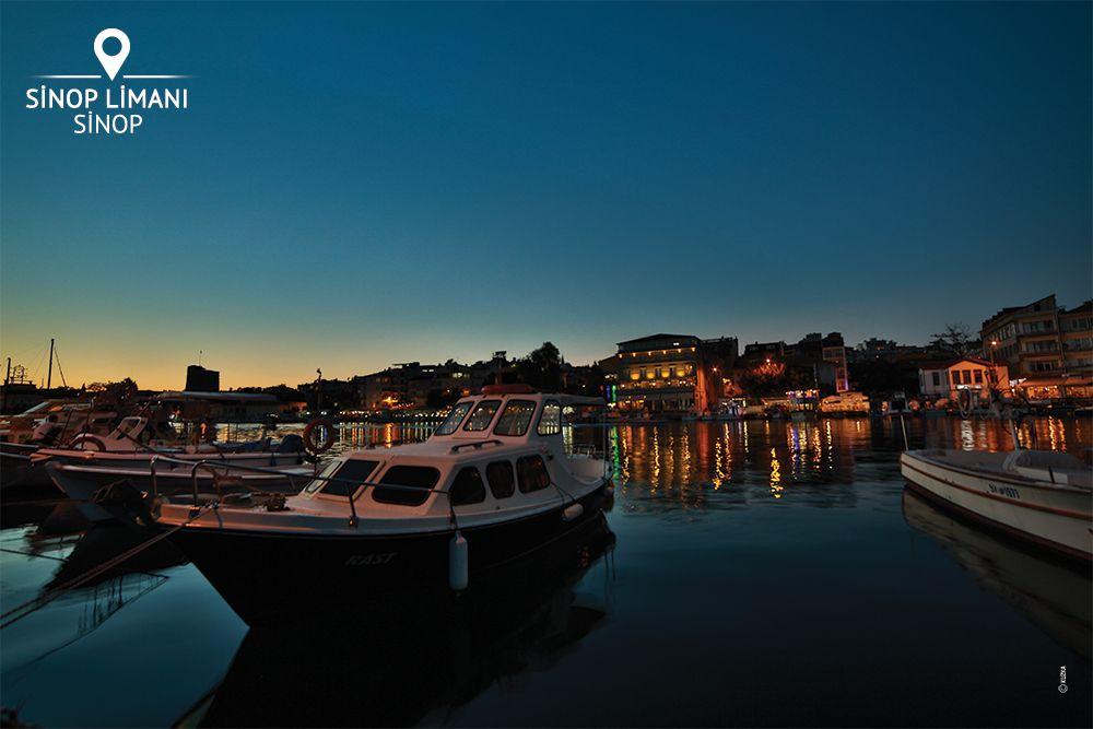 Sinop'ta akşam vakti limanı gezmek, şehrin olmazsa olmazlarından. Kimi oltayla balık tutarken radyodan müzik dinliyor, kimi yanaşan gemilerden tırlara balık yüklüyor, kimi sevgilisiyle denizi izlerken, kimi limandaki gezi teknelerine binmiş kalkmasını bekliyor... Sinop Limanı, manzarasıyla ve atmosferiyle sizi bekliyor!
