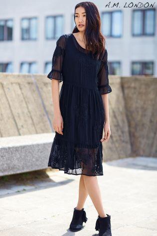 Kúpte si Čierne výšivkou zdobené šaty A.M. London Venice online ešte dnes v  Next  Slovensko 6883eb5976