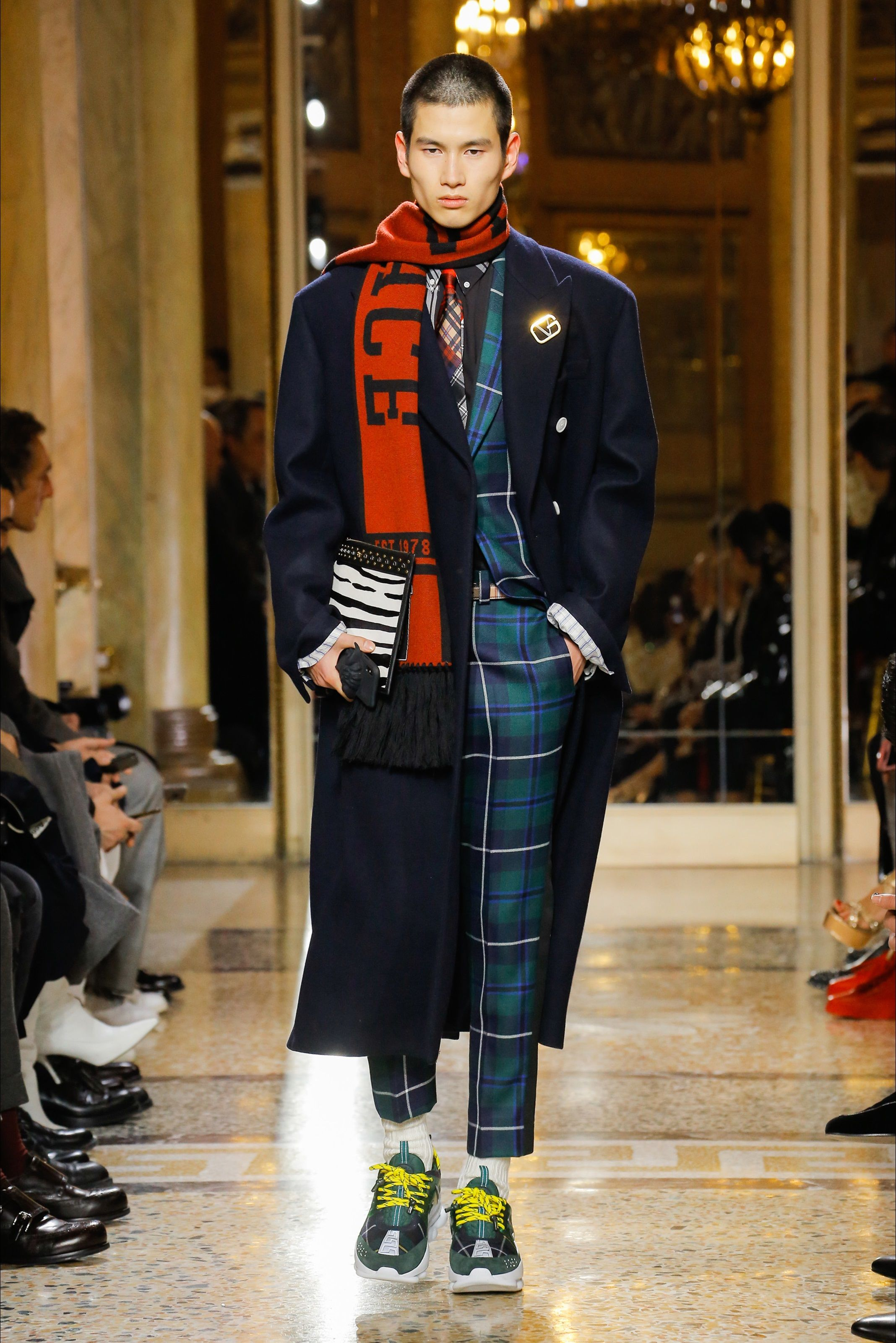Guarda la sfilata di moda uomo Versace a Milano e scopri la collezione di  abiti e accessori per la stagione Autunno Inverno 2018 e3f13e5767a
