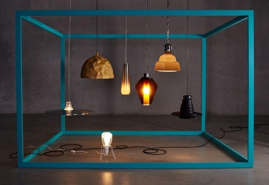 Na composição, duas luminárias criadas pela Diesel para a Foscarini: o pendente Glassdrop (ao centro) e a versão fininha da Crash - Bell (à esq.)