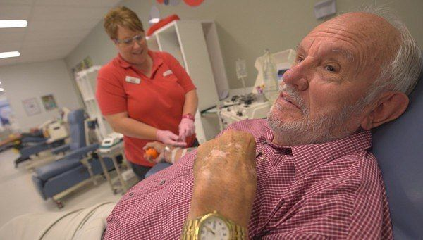 79-летний житель Австралии Джеймс Харрисон, также известный как «Человек с золотой рукой» сдавал кровь около 1000 раз. В его редкой группе крови содержатся антитела, помогающие выжить новорожденным с тяжелой формой анемии. По приблизительным подсчетам, благодаря его донорству, удалось спасти более двух миллионов младенцев.