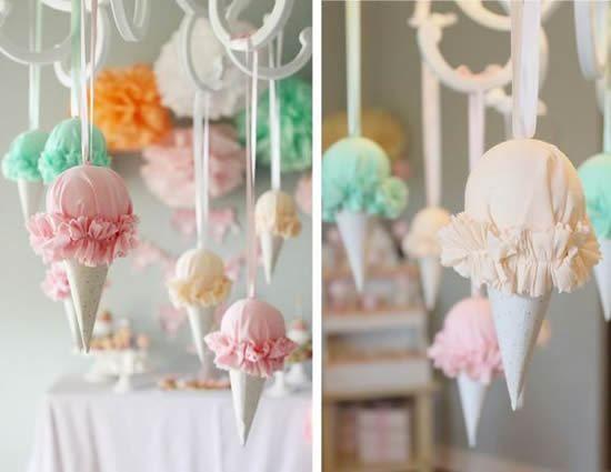Veja como fazer uma decoração bem estilosa utilizando tecido para fazer móbiles de sorvete!