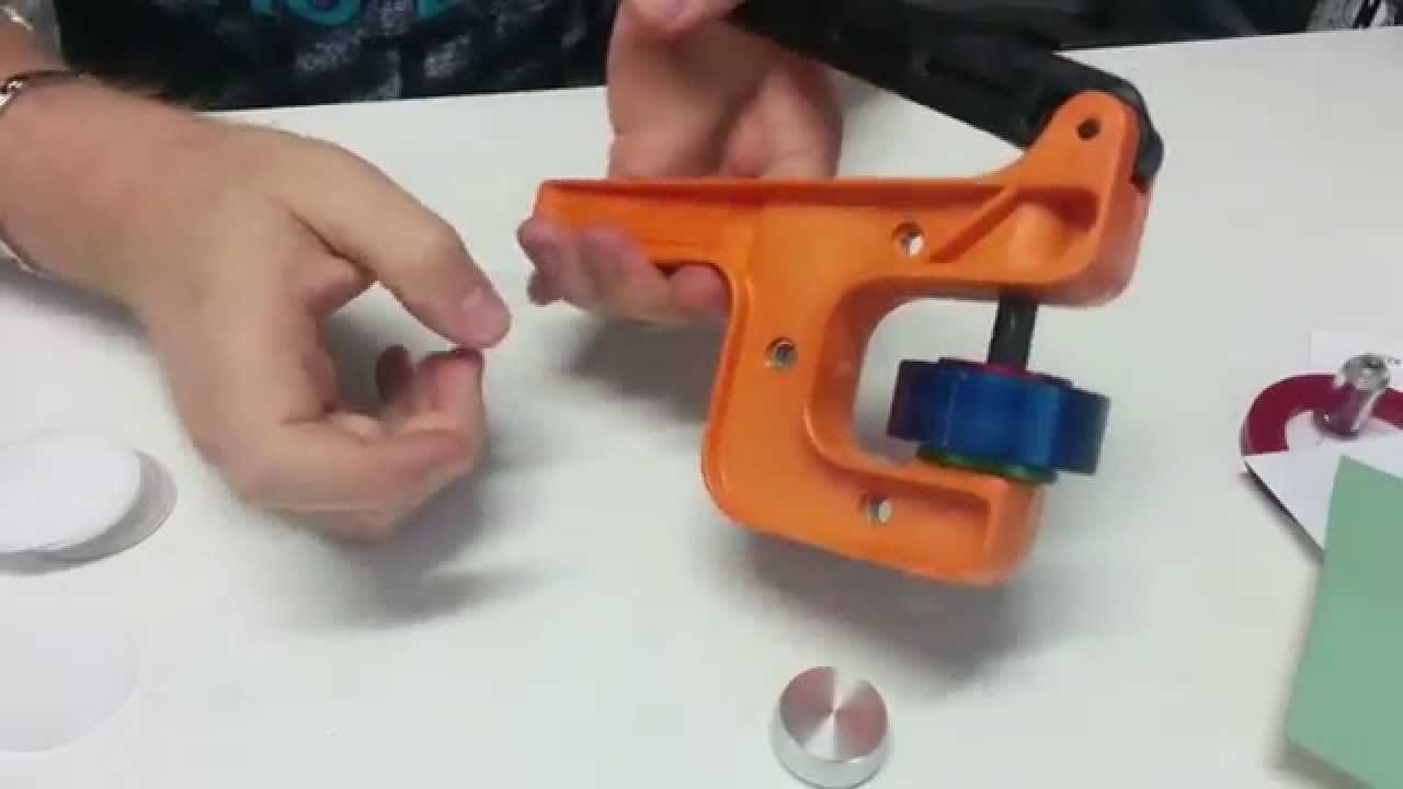 Máquina Para Hacer Chapas Badge A Minit, video tutorial sobre el funcionamiento.
