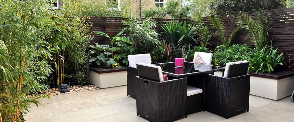 How to create a cosy outdoor living room with a tropical feel