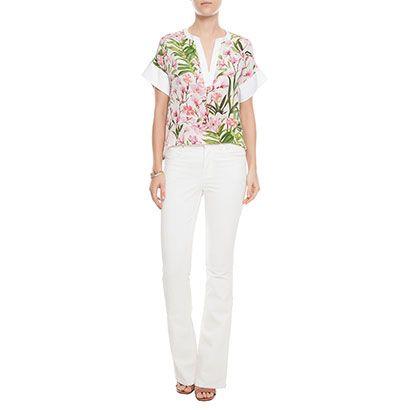 Blusa em seda com print floral, decote em V com detalhe de tecido na manga e. alça flare e salto para um look serio.