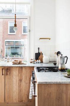 Diese Küche mit Holz glänzt mit einer Arbeitsplatte aus Marmor und ...