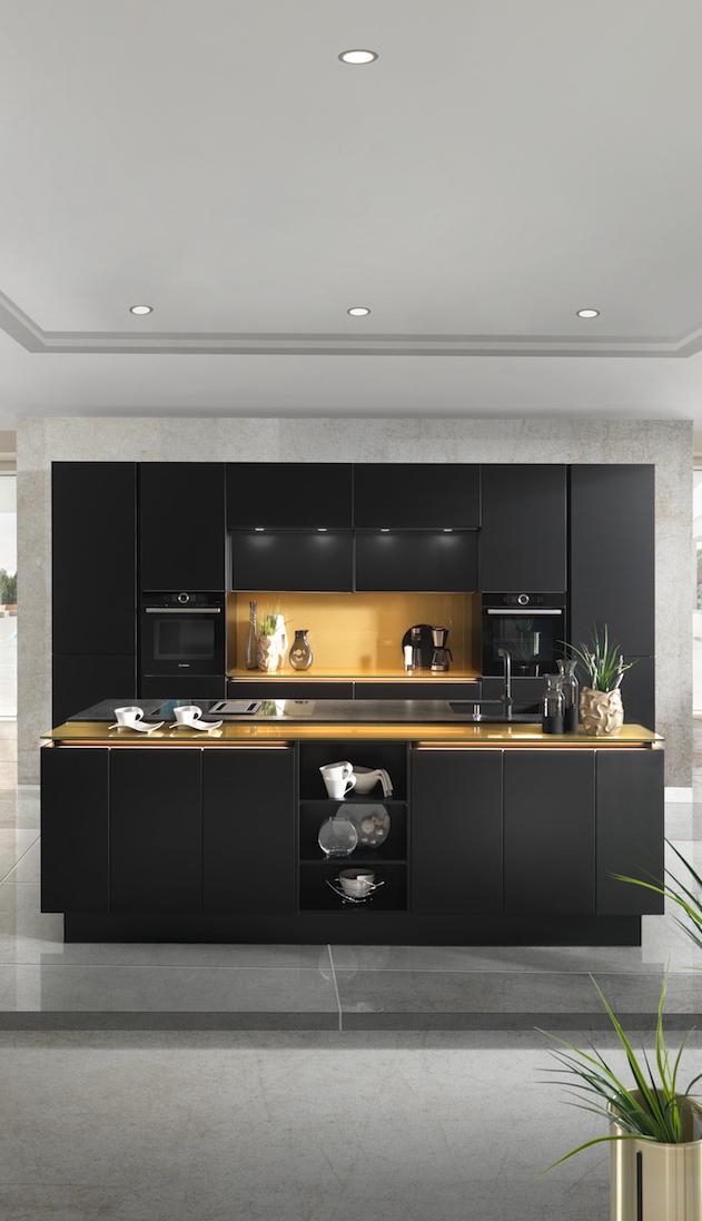 Schwarze Küche mit Kochinsel in 2019 | Küche schwarz, Küche ...
