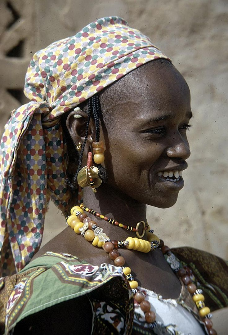 Africa Fulbe Woman With Four Lobed Gold Earrings And Beaded Necklaces Bamako Mali 1972 C Eliot Elisofon Women Mali African Culture