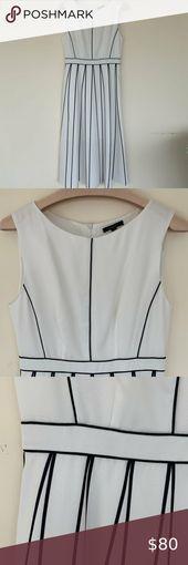 Grafisches Schwarz-Weiß-Kleid Fließendes weißes Kleid in ...