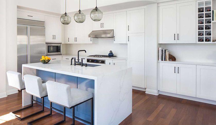 La mode est à la cuisine ouverte blanche, à la fois sobre, lumineuse ...