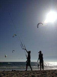 Tarifa è sinonimo di mare, di vento, vento freddo oppure caldo, dipende dalla provenienza. Il vento quando c'è, è davvero aggressivo a Tarifa. Per questo motivo è meta di molti sportivi che si danno appuntamento qui per praticare sport come windsurf e kitesurf, o per imparare questi sport in una delle tante scuole che si trovano qui.
