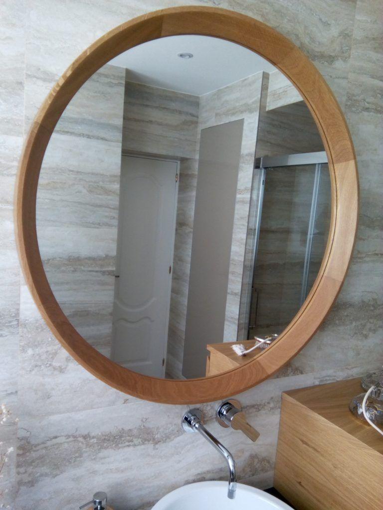 Espejo redondo con marco de madera de roble wooden for Espejos para banos con marco de madera