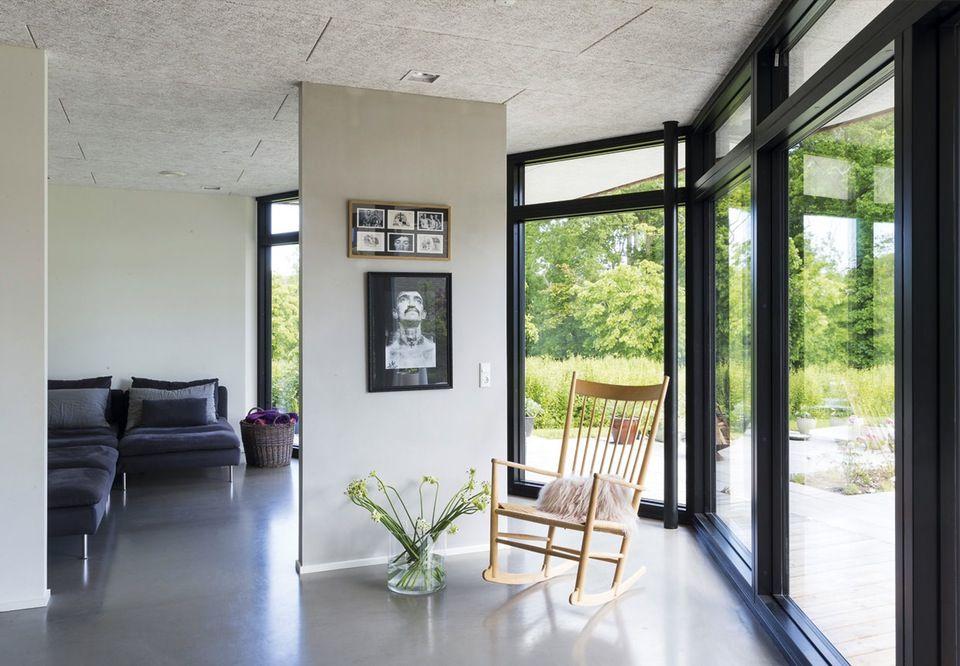 Trods benspænd i form af en fredet skov og regler for højden på huset fik familien en lys, stor og moderne villa. Se, hvordan arkitekten løste problemerne her!