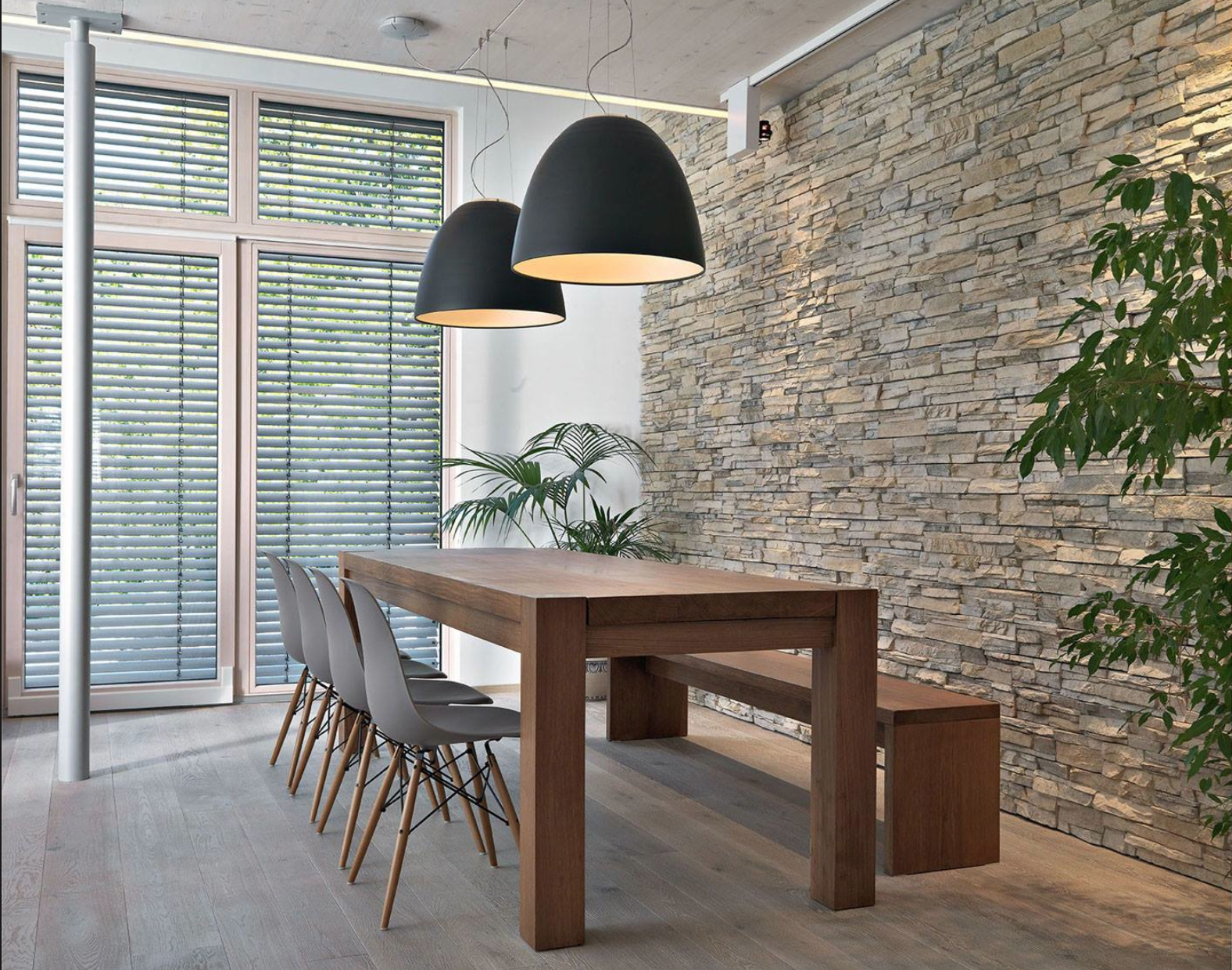 Stenen aan de muur met op de vloer dezelfde tegels als in de keuken ...