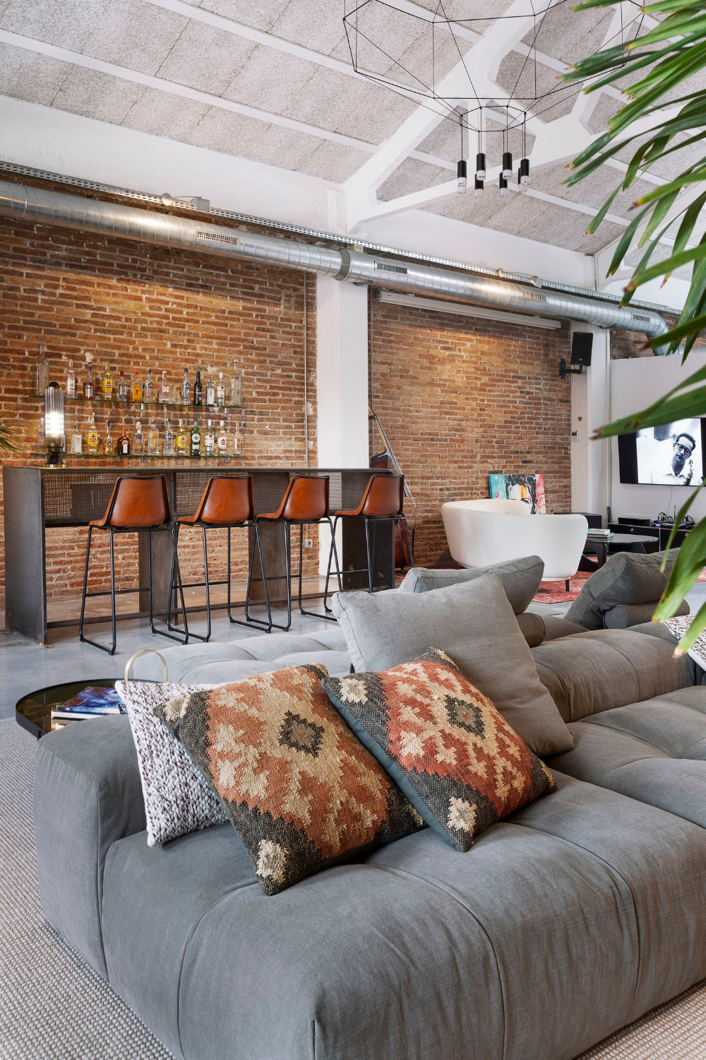 This Cool Spanish Home Makes A Stylish Case For Modern Loft Living Interior Design Apartment Living Room Industrial Interior Design Living Room Loft Living