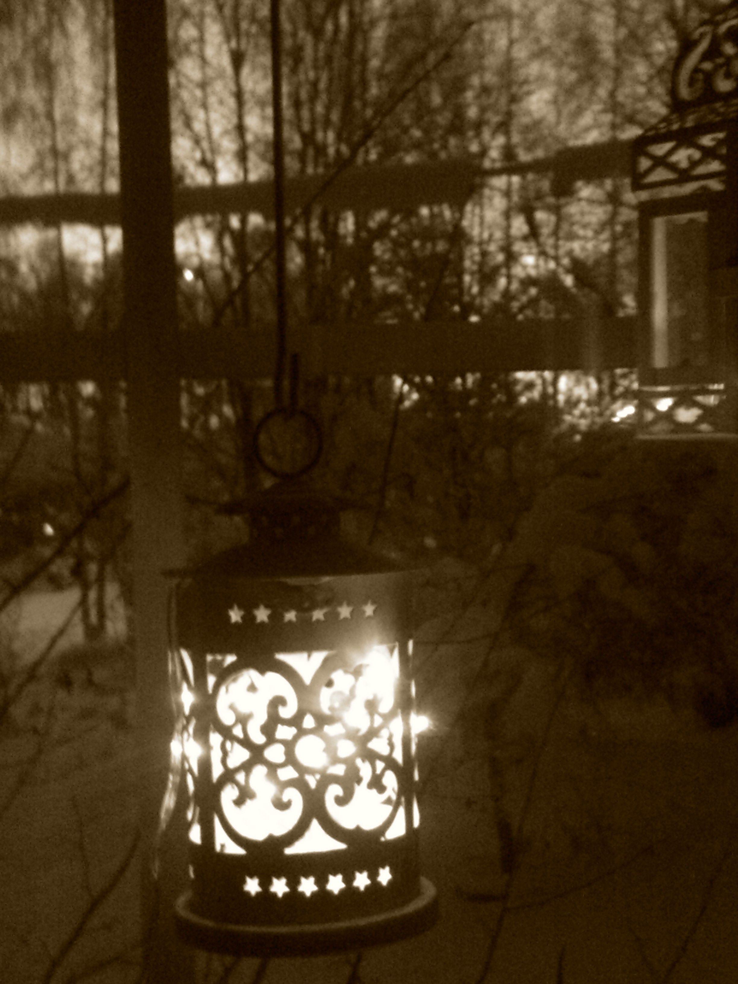 Metallituikku ikkunassa