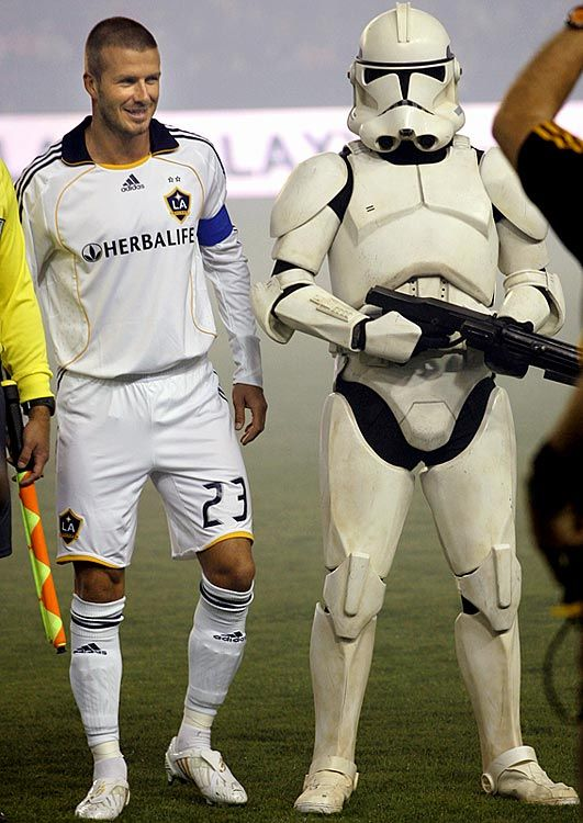 La Galaxy Striker David Beckham Is Protected By A Stormtrooper La Galaxy Futbol Deportes