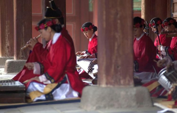 South Korean musicians perform traditional music in a courtyard of the 500-year-old Changgyeong Palace in Seoul. South Korea. | Korean language ...