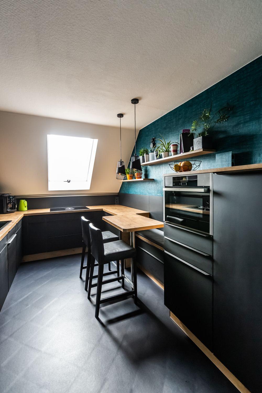 Stilechte Kuche In Schwarz Und Holz Kuche Dachschrage Kuche Dachschrage Ideen Kuche Arbeitsplatte Ideen