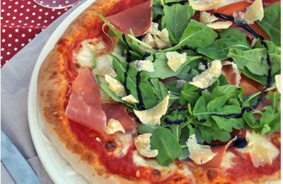 Pizza à la roquette, proscuitto et parmesan