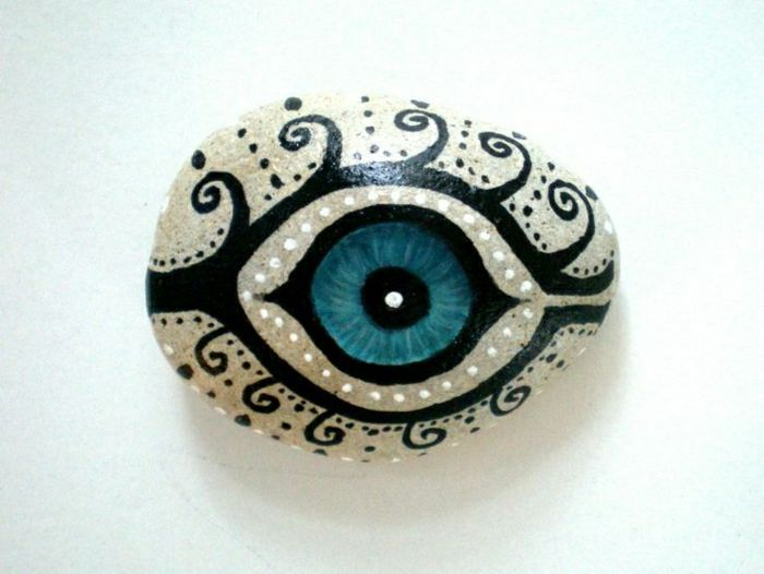 Bemalte Steine - Ihre Zeit für kreative Beschäftigungen - Archzine.net #bemaltesteine schöne Zeichnung von blauem Auge #bemaltesteine