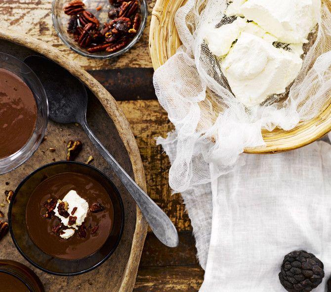 Lämmin suklaakeitto, vaniljainen labneh-juusto ja karamellipekaanit
