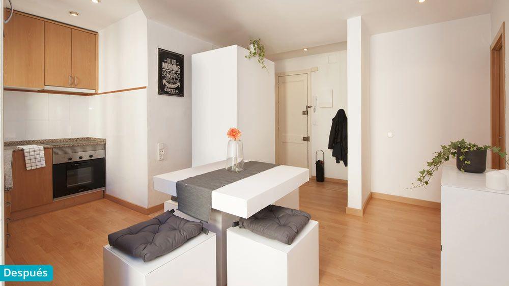 Entrada del piso, cocina y comedor con mobiliario de cartón y ...