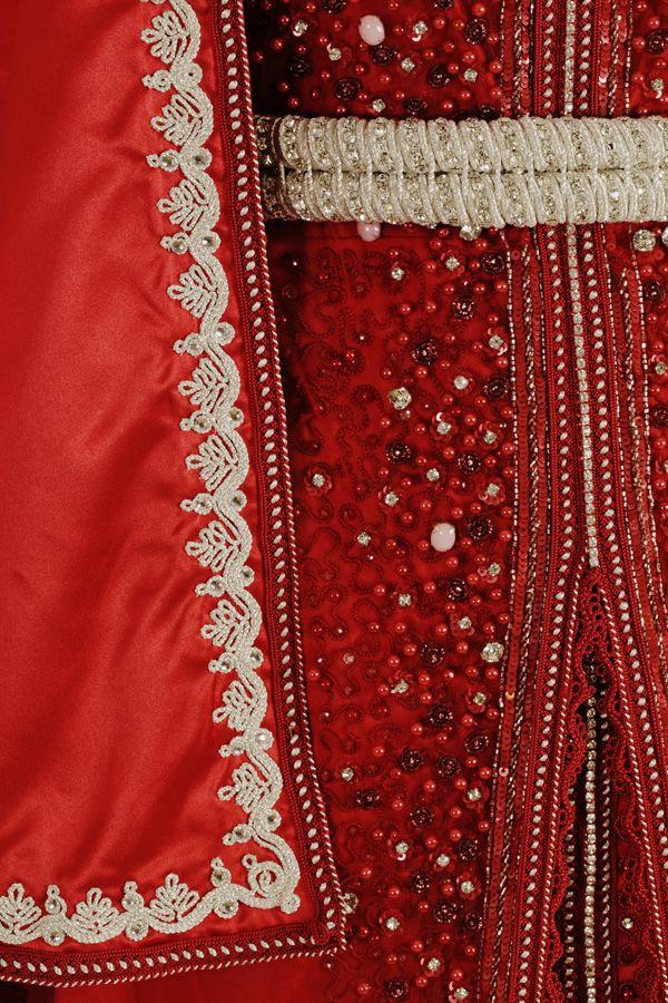 Capeline rouge avec broderie maalem argent. Sfifa rouge et argent. Ceinture  en strass argent. 8471f9349ad