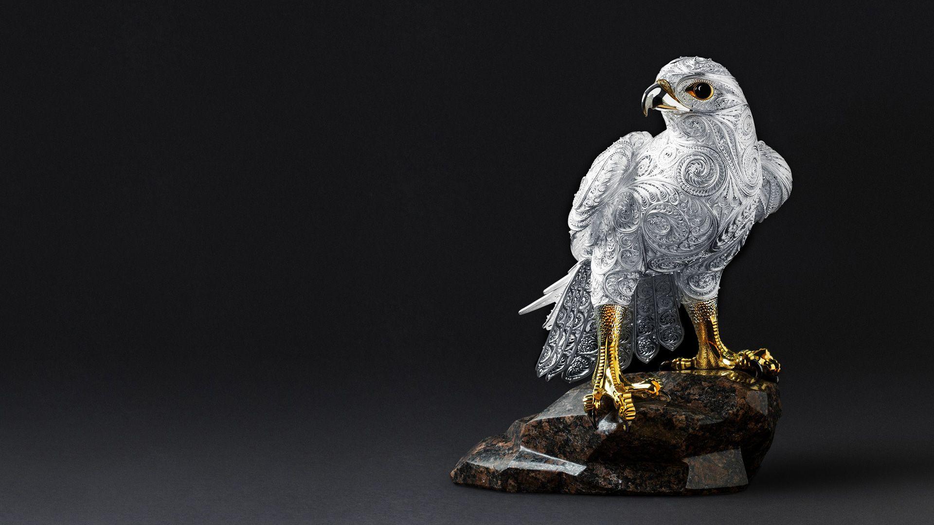 Сокол — гордая птица, символ свободы и успеха, стремления к новым высотам. Её совершенная природная красота и грация стали вдохновением для мастеров SOKOLOV.
