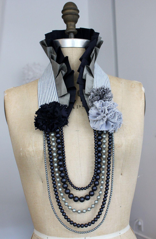 Artículos similares a Collar de cuello de seda a rayas azul marino con cuentas de vidrio para …