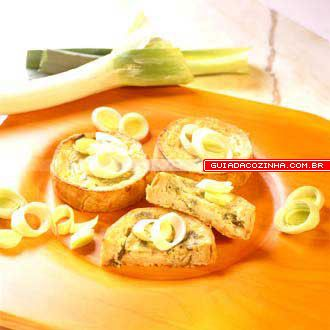 Miniquiche de alho-poró (alho-francês) http://guiadacozinha.uol.com.br/receitas/1100-Receita-de-Miniquiche-de-alho-poro