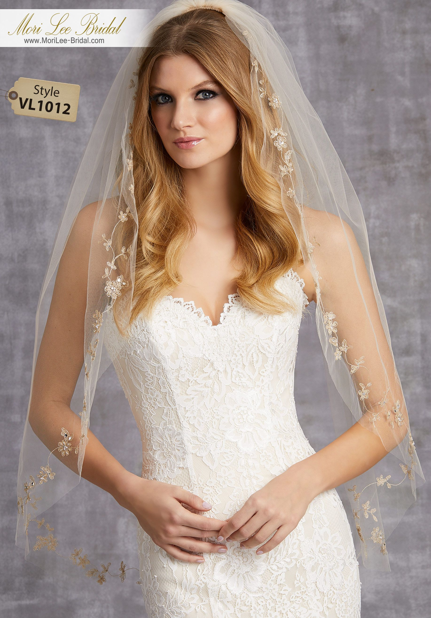 Style vlveil with embroidered edge of pearls and