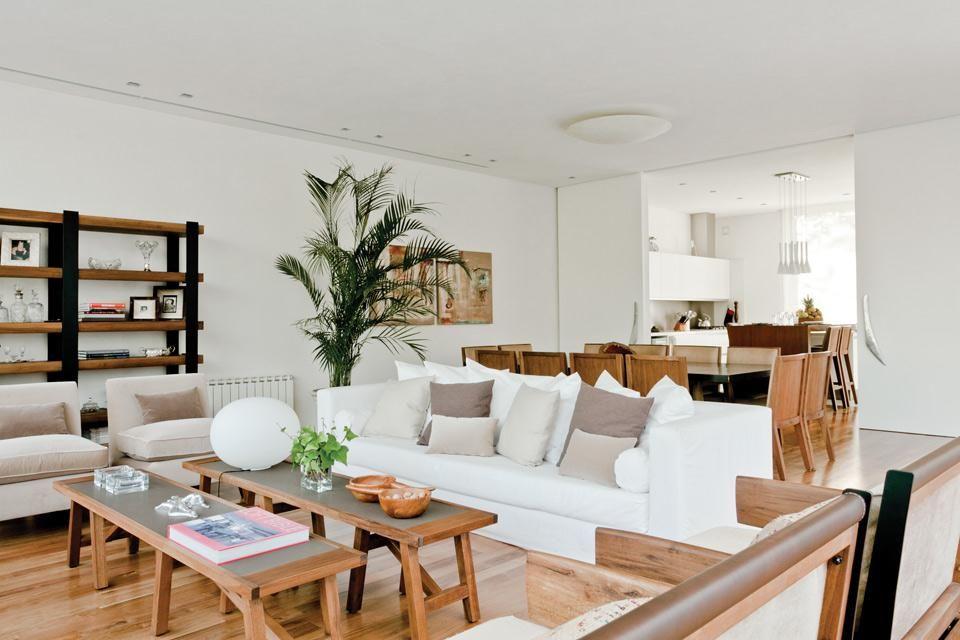Una casa con mucha madera y una vista privilegiada for Decoracion de living comedor integrados