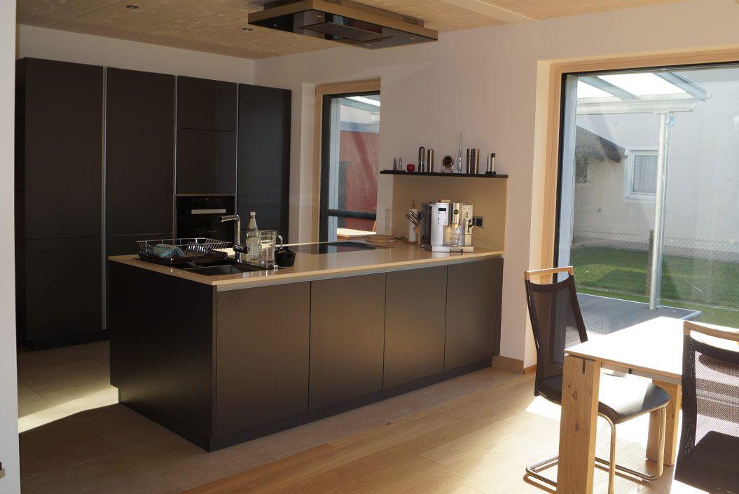 Offene Küche im Holzhaus mit Passivhauskomponenten in