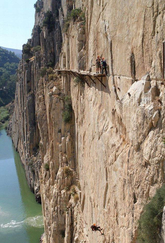 Ach Du Sch**ß*...sehe ich das Stahlseil nicht oder gibt es keines?    The Most Dangerous Hiking Trail In The World (7 pics) #travel #hiking