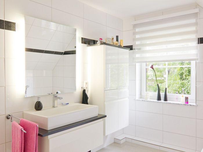 Badezimmer in #Weiß mit #Waschbecken und #Spiegelschrank - ECO